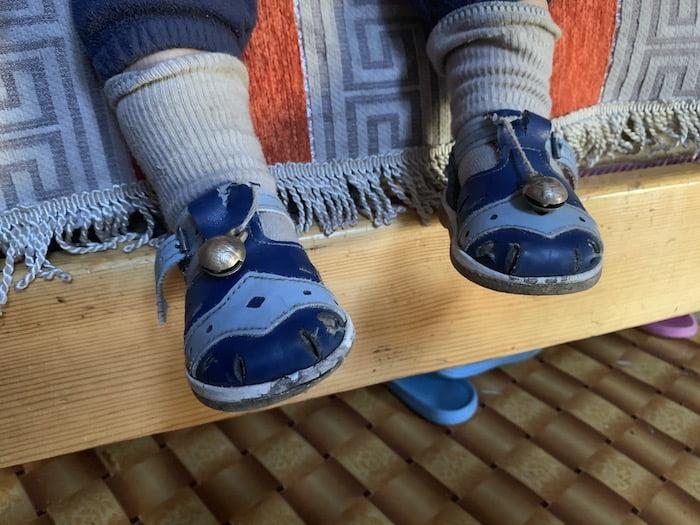 Kinder bei Nomaden. Gut zu hören mit Klingel am Schuh.